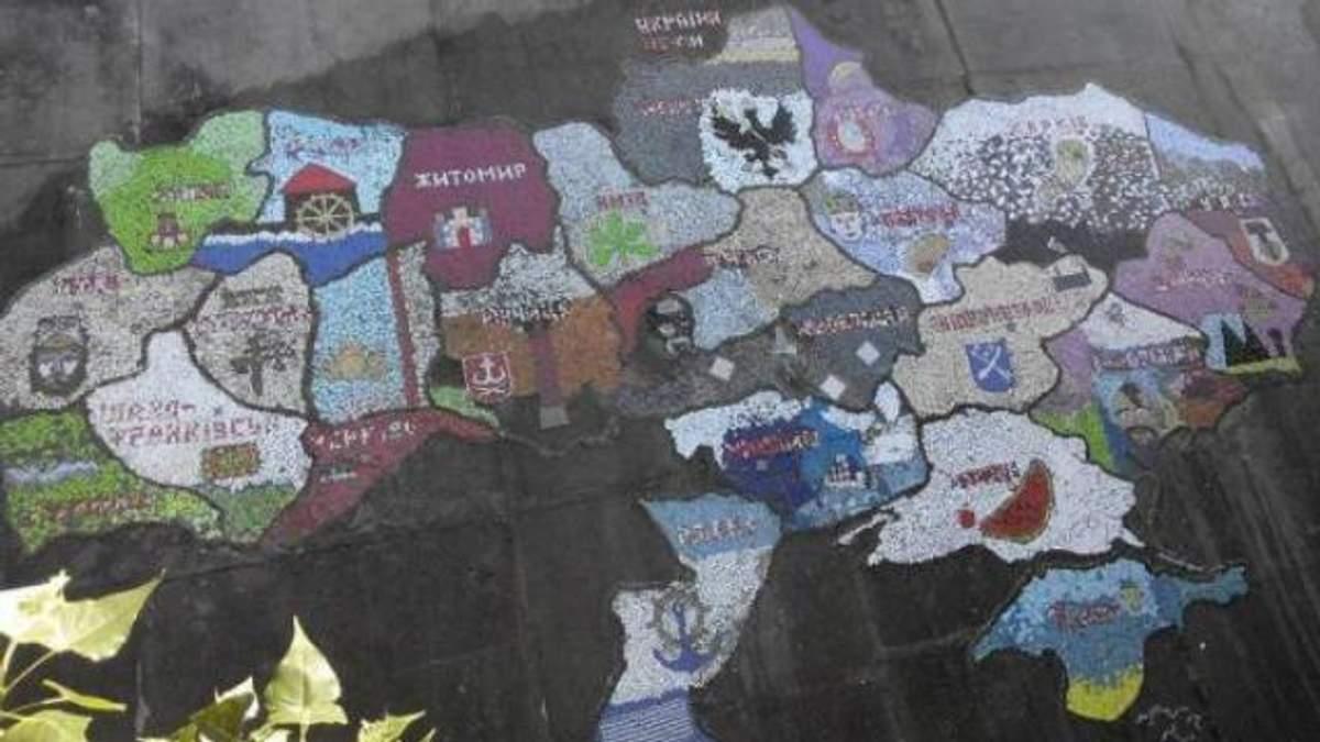 Україна в мозаїці: кияни виклали гігантську карту з битої кераміки