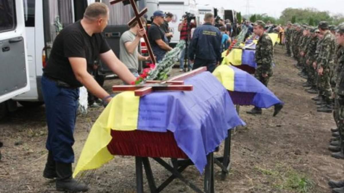 Хто бреше українцям про кількість загиблих військових в боях на Донбасі?