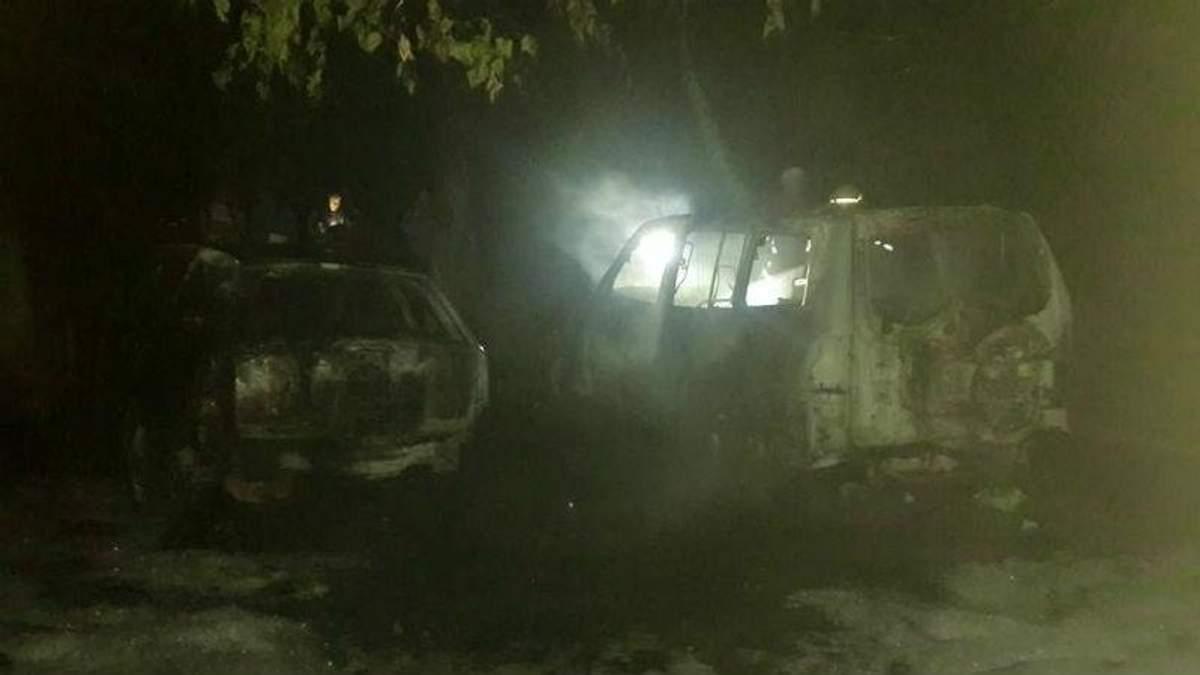 Неспокійна ніч в Ужгороді: вибухи та спалені машини