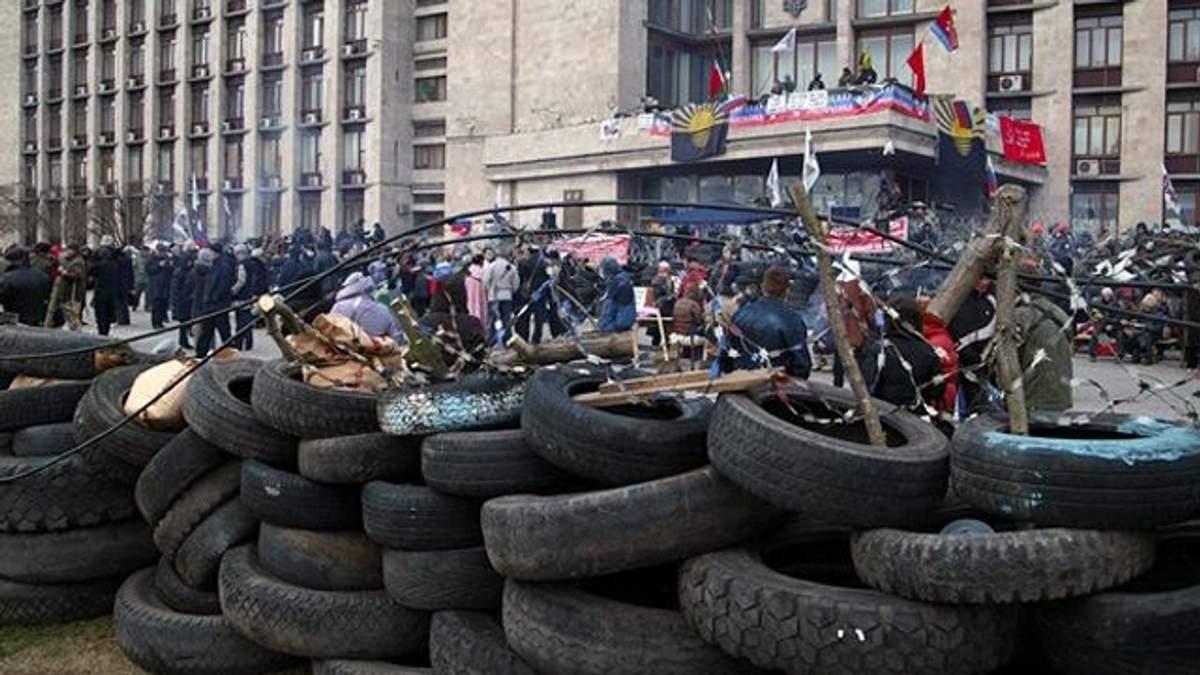 Центром Донецька ходять натовпи озброєних людей з собаками
