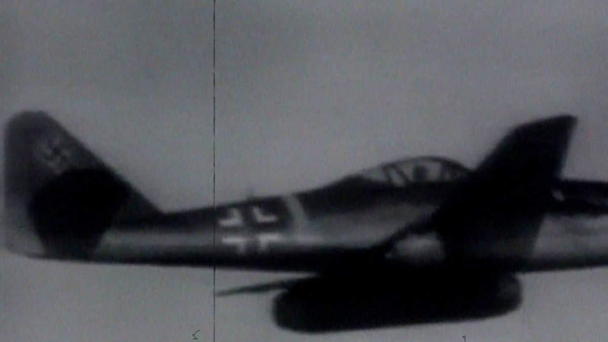 В воздух поднялся первый боевой самолет с реактивным двигателем