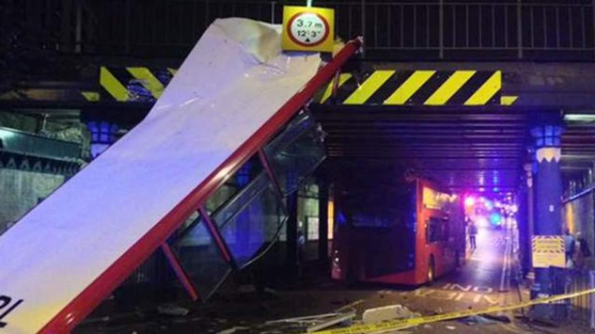 Двухэтажному автобусу в Лондоне сорвало крышу: есть раненые