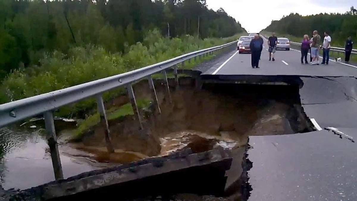 Шокирующее видео: мост в России провалился в реку