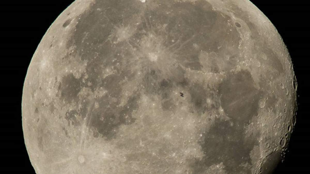 МКС на фоні повного Місяця