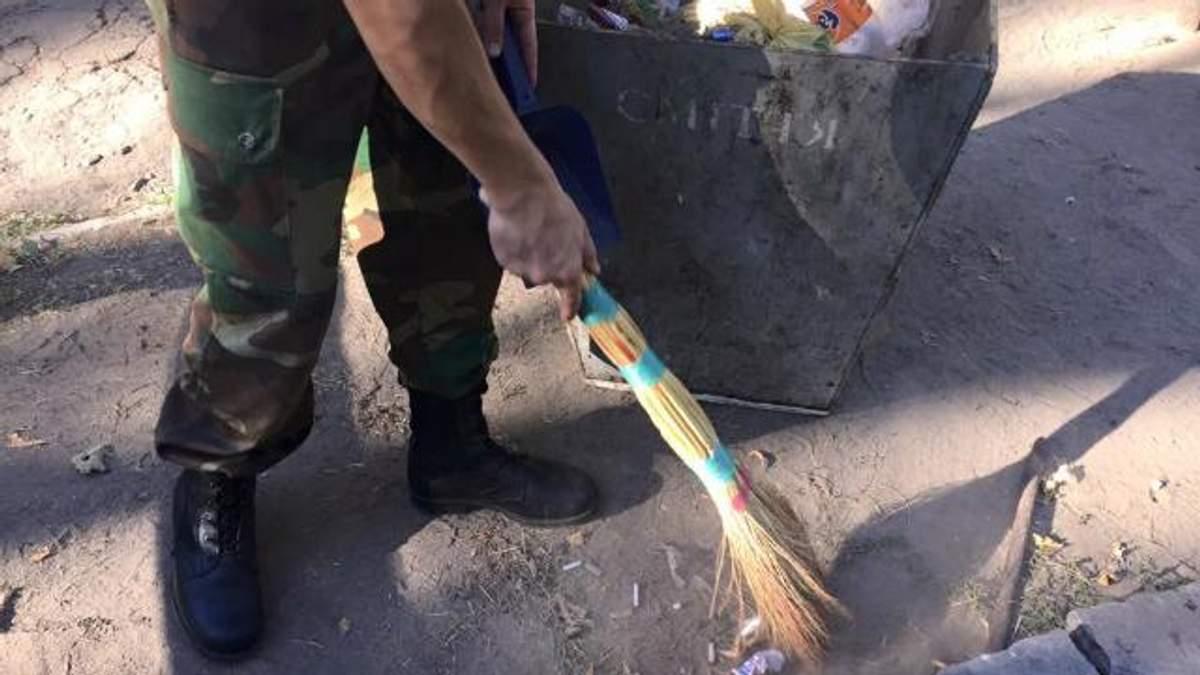 Майкл Щур взявся за брудну роботу і показав найчистіші умивальники в Десні