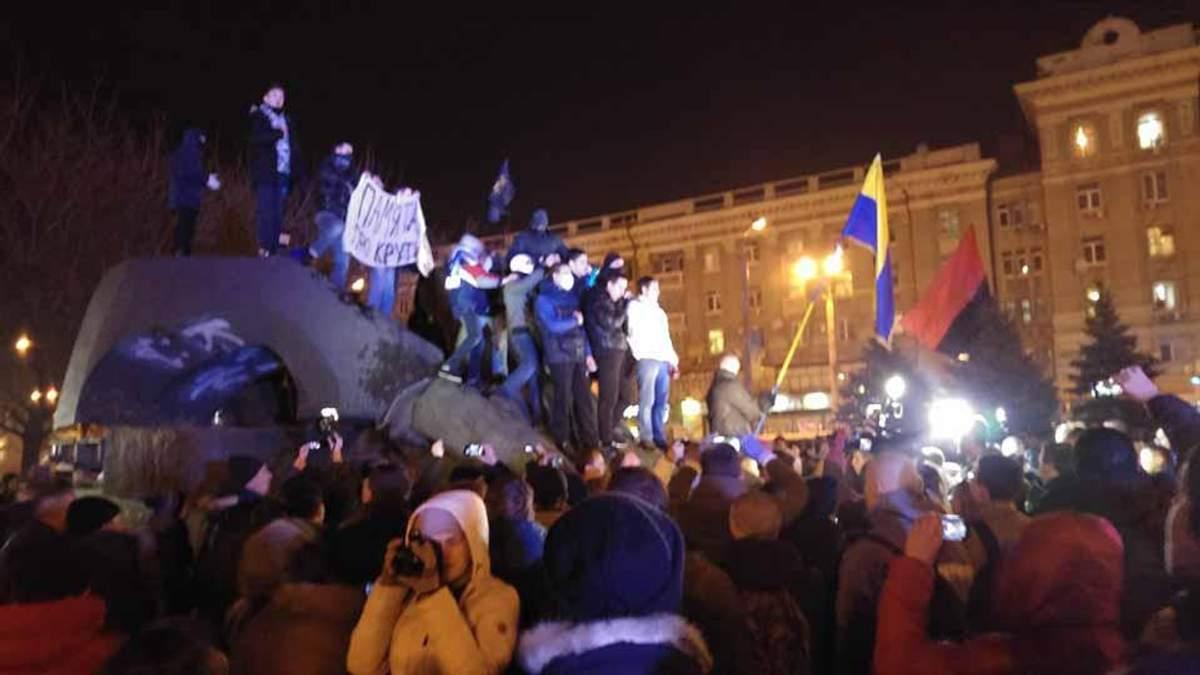 У Дніпропетровську повалили пам'ятник одному з головних організаторів Голодомору