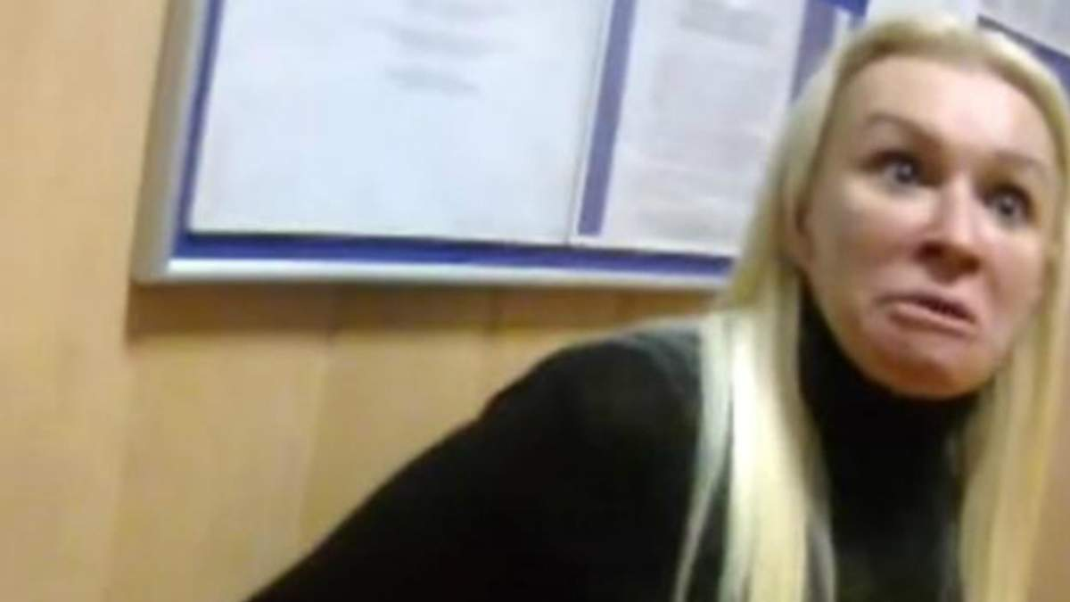 Хто така неадекватна блондинка, яка плювала в поліцейських і трощила райвідділок