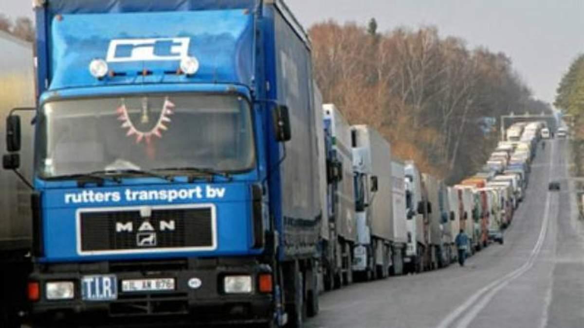 Черга з вантажівок