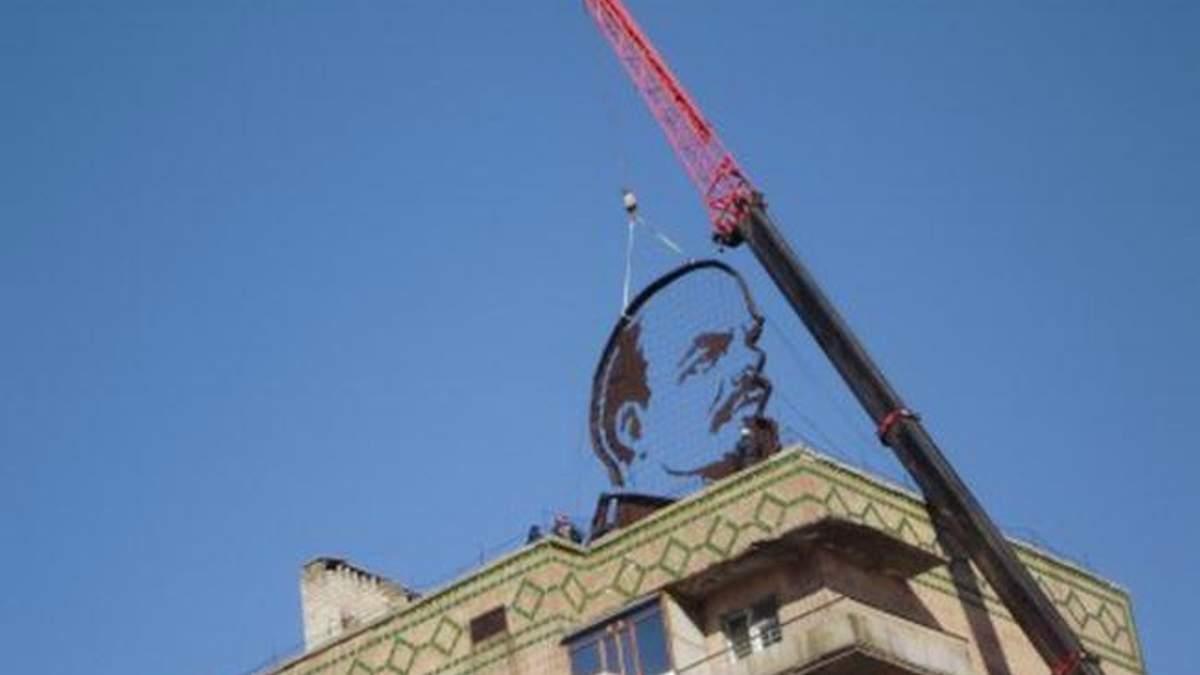 У Первомайську демонтували гігантський профіль Леніна