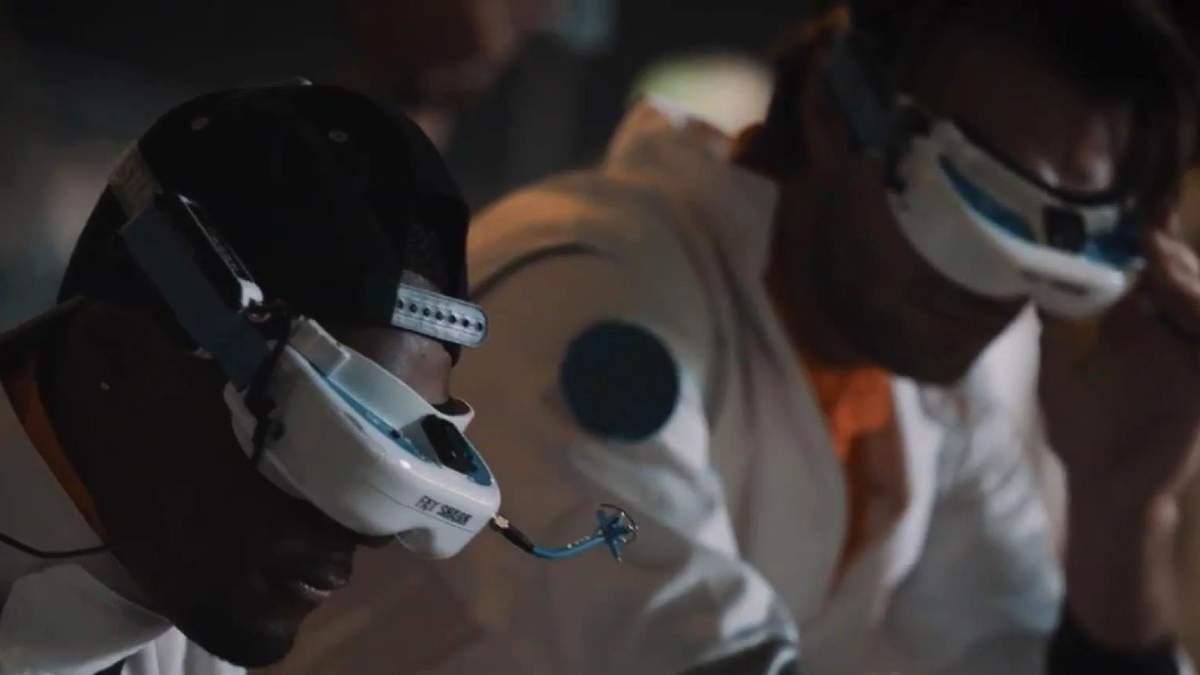 Гонки дронов устроили в Эмиратах. Мини-роботы таскают авто