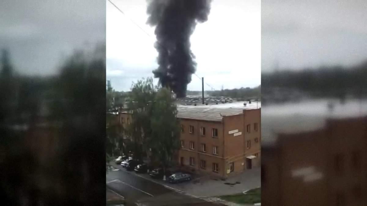 Майже сотня пожежників гасять лакофарбовий завод у Броварах