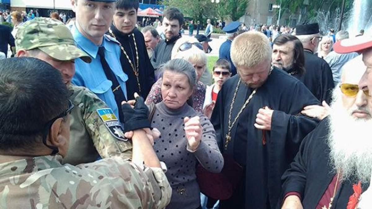 Священик з георгіївською стрічкою спровокував сутичку на Запоріжжі