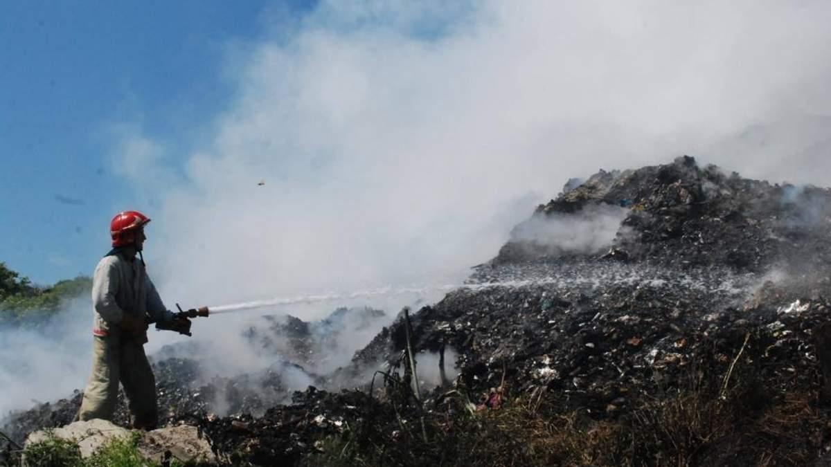 Трое спасателей под завалами сгоревшей свалки под Львовом