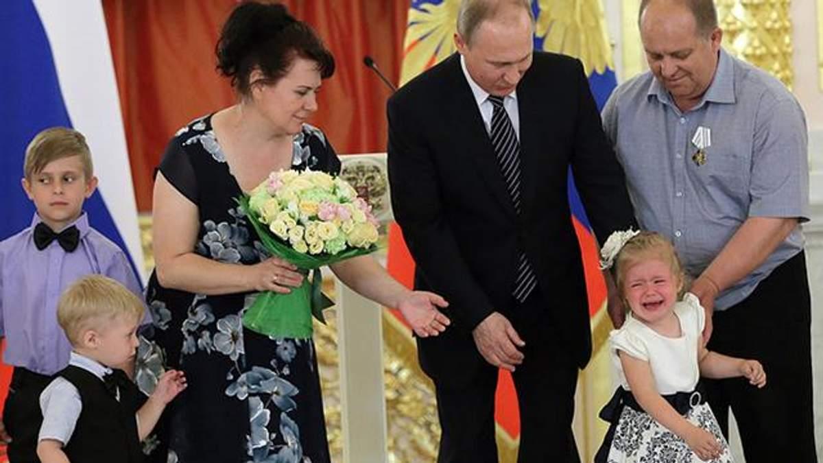 Володимир Путін намагається заспокоїти дитину