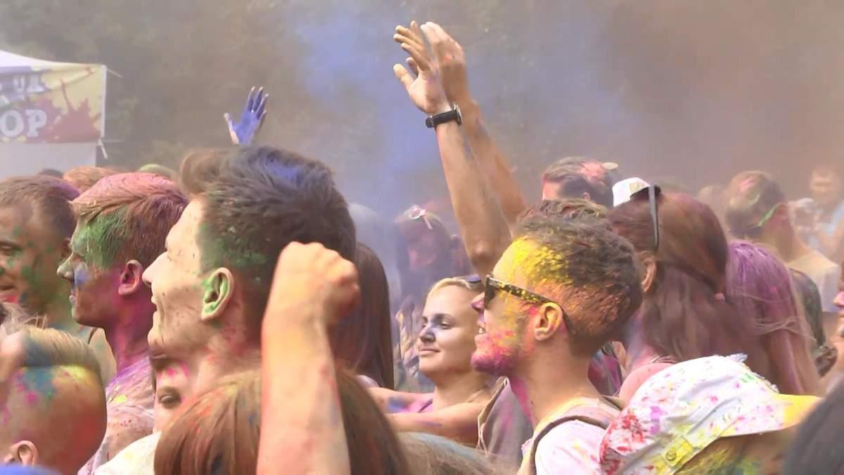 Праздник ярких красок и веселья: фестиваль Холи в Киеве
