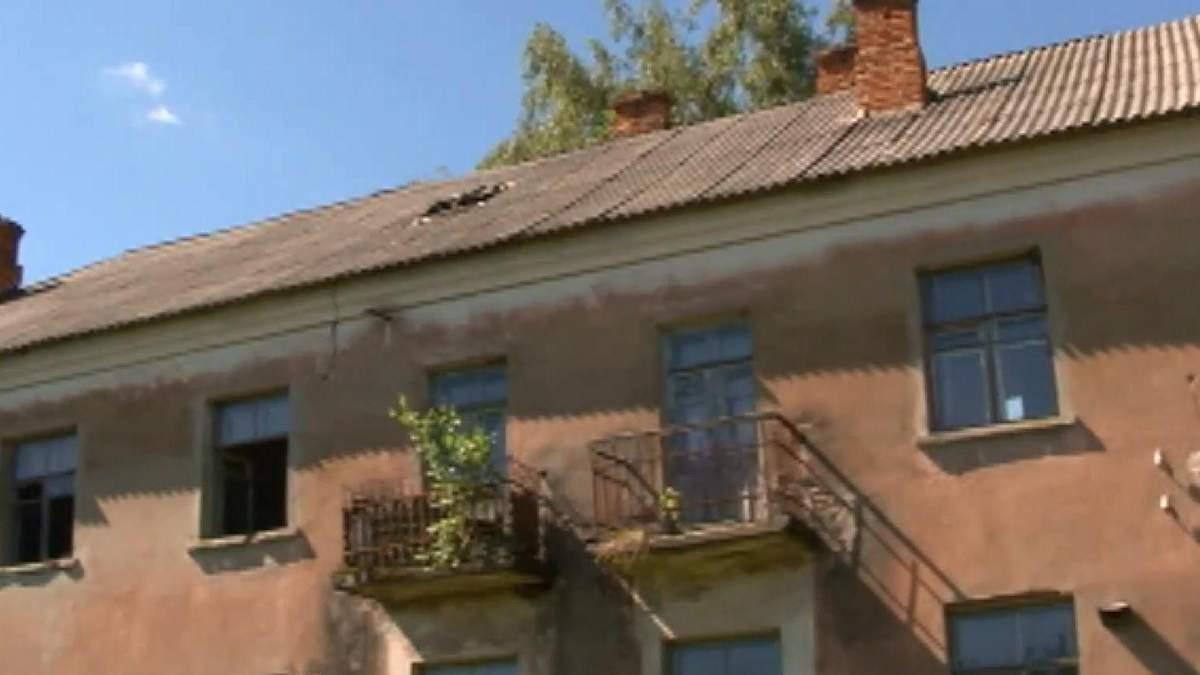 У Чигирині люди мешкають в аварійному будинку-привиду, на який немає документів