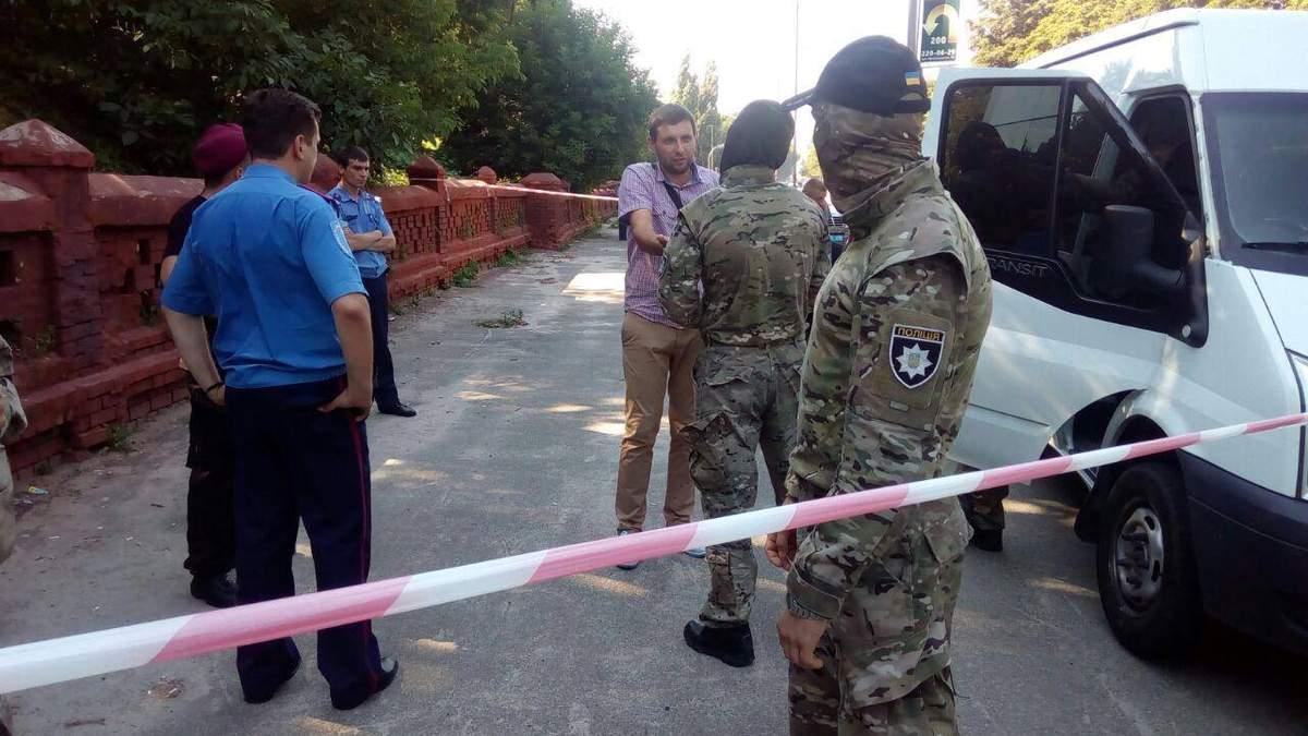 Дело Бузины: активисты повредили авто со спецназом