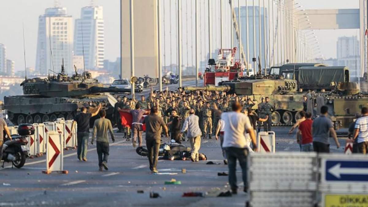 Солдати-заколотники здавались з піднятими руками: з'явились емоційні кадри