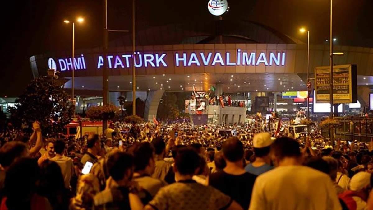В аеропорті Стамбула зібралося 80 українців