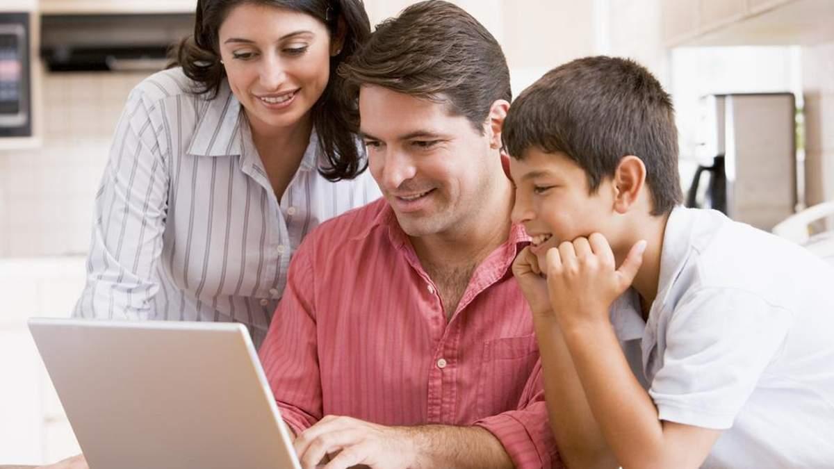 Сім'я перед ноутбуком
