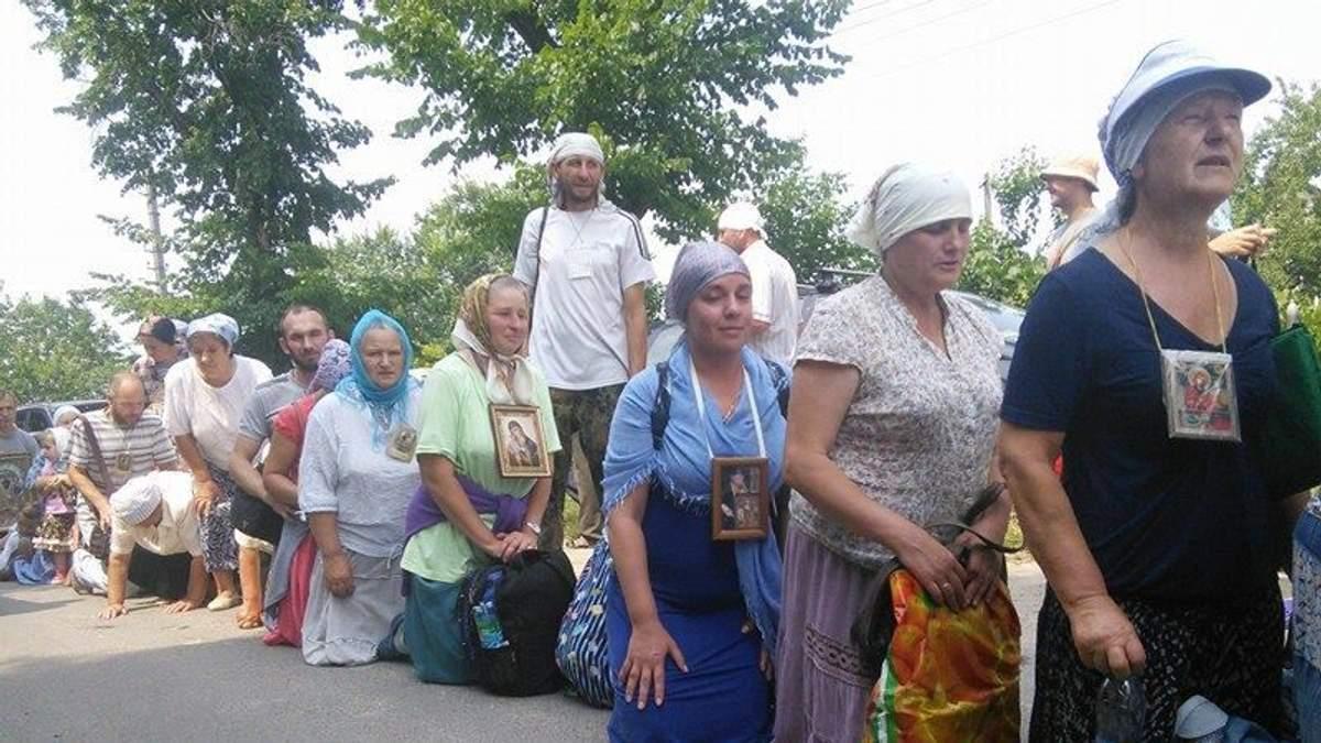 Участники крестного хода Московского патриархата на коленях отправилась в Киев: фото