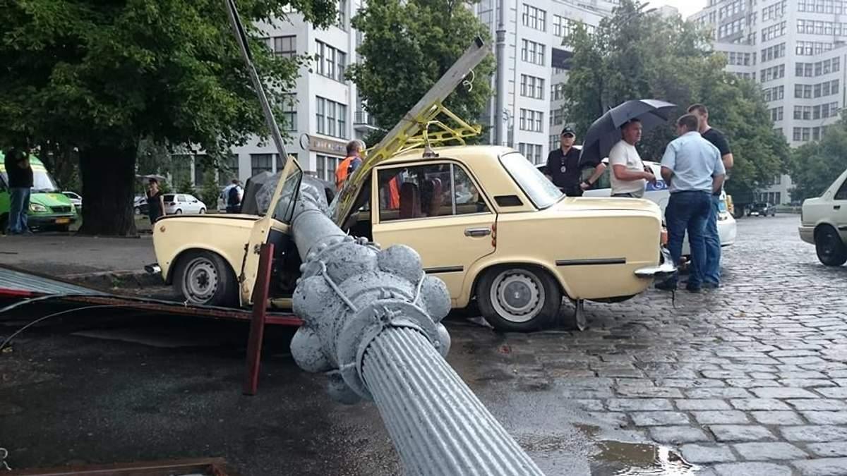На авто упал столб