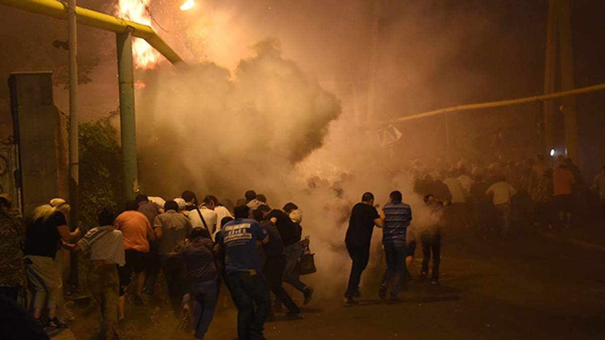 Разгон демонстрантов в Ереване
