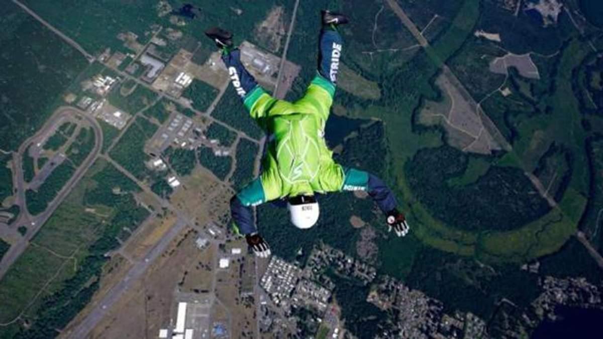 Американець стрибнув з літака без парашута: з'явилося вражаюче відео