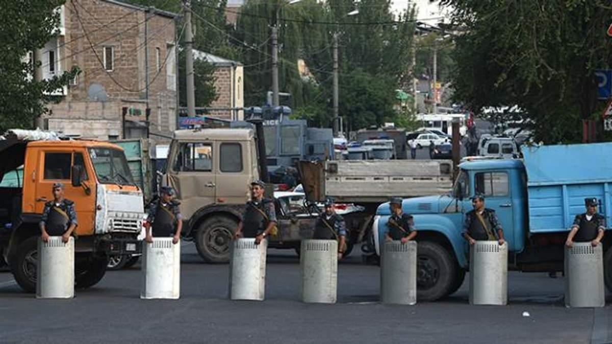 Протесты в Ереване: во время штурма отделения убили еще одного полицейского