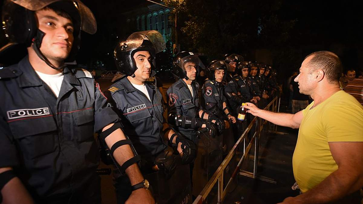 "Армянский ""Майдан"" завершился: мятежники в Ереване сдались властям"