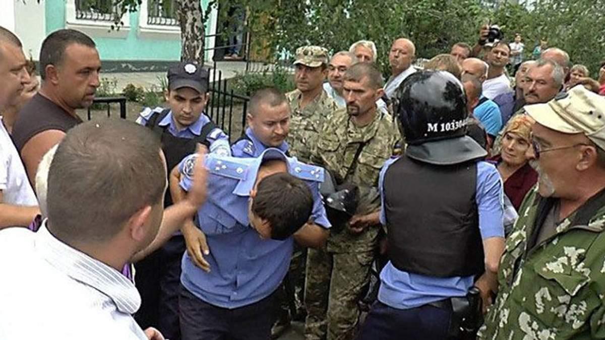 В сеть выложили видео ночного штурма отдела милиции на Николаевщине