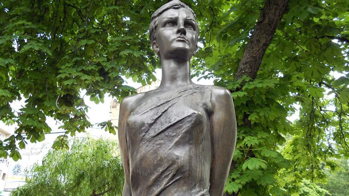 Ще один пам'ятник радянському ідолу активісти повалили та розмалювали у Києві