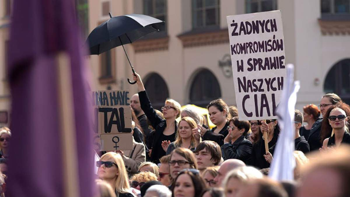 Протест в черном: сотни людей в Польше вышли на улицы против запрета абортов