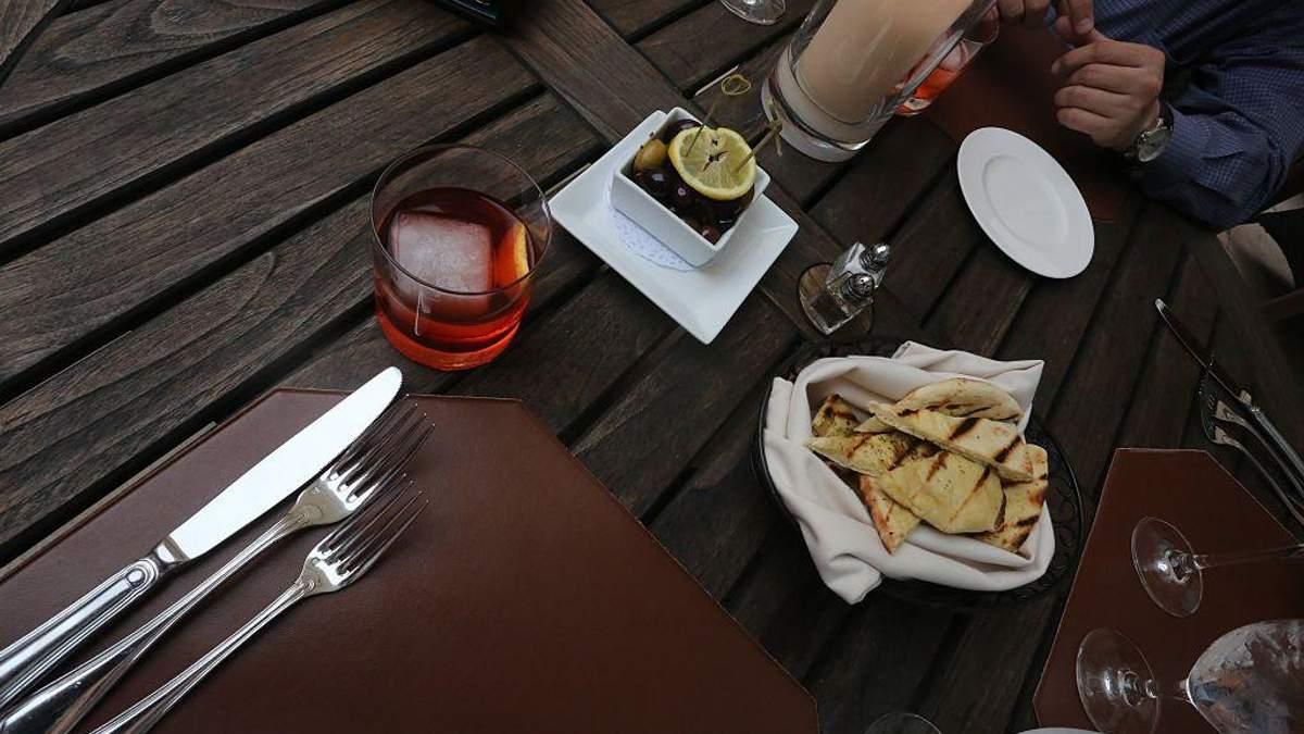 Диетологи развенчали популярный миф о совместимости алкоголя и еды