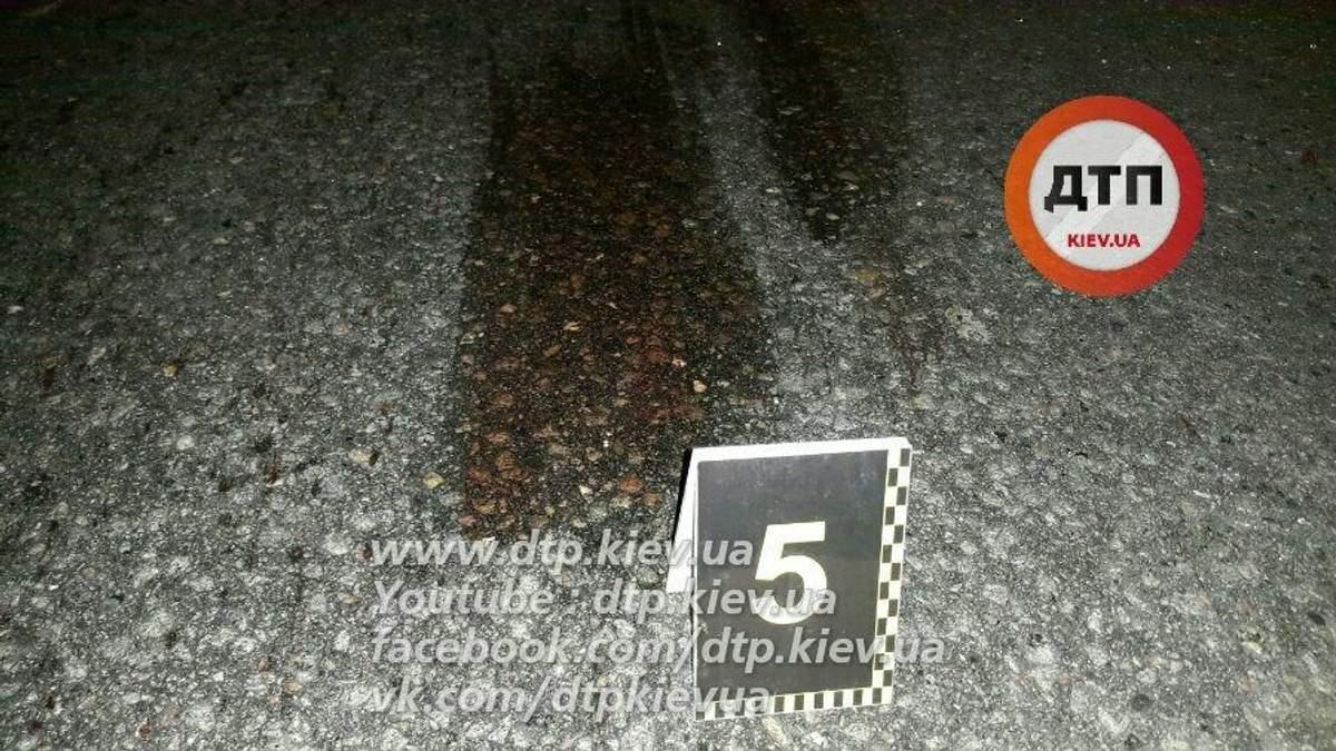 Моторошне ДТП у Києві: чоловік кинувся у потік машин (18+)