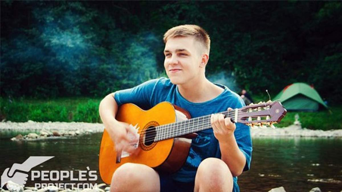 Ігор, 20 років. Хлопець пише патріотичні вірші та пісні у стилі реп, грає на гітарі.