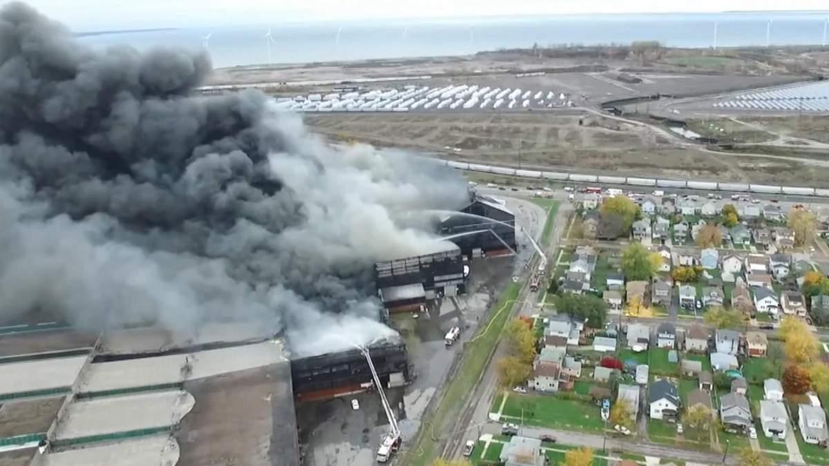 В Нью-Йорке вспыхнул гигантский пожар на бывшем заводе