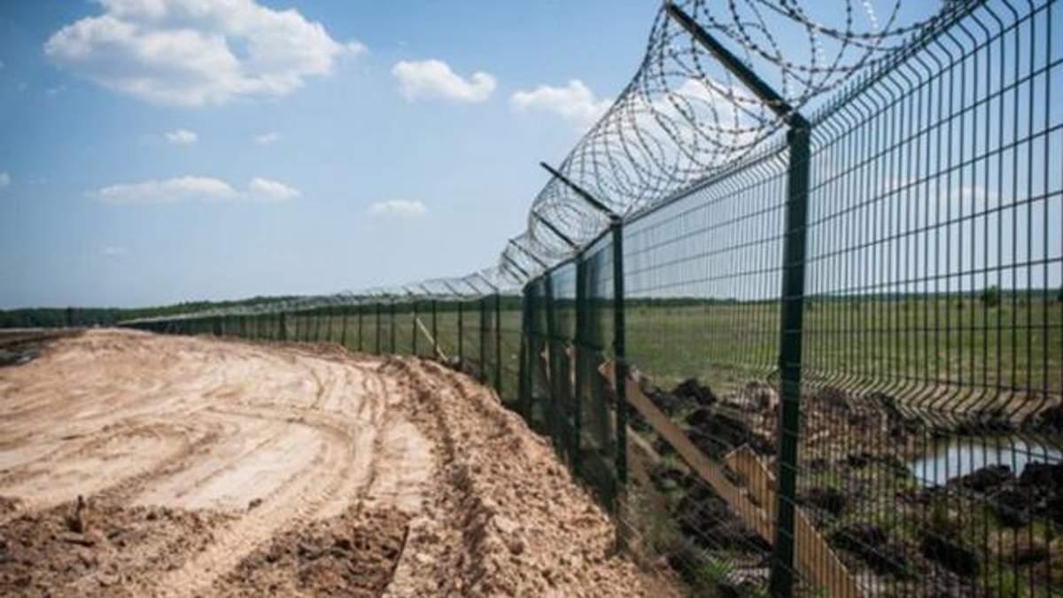 Стіна на кордоні України