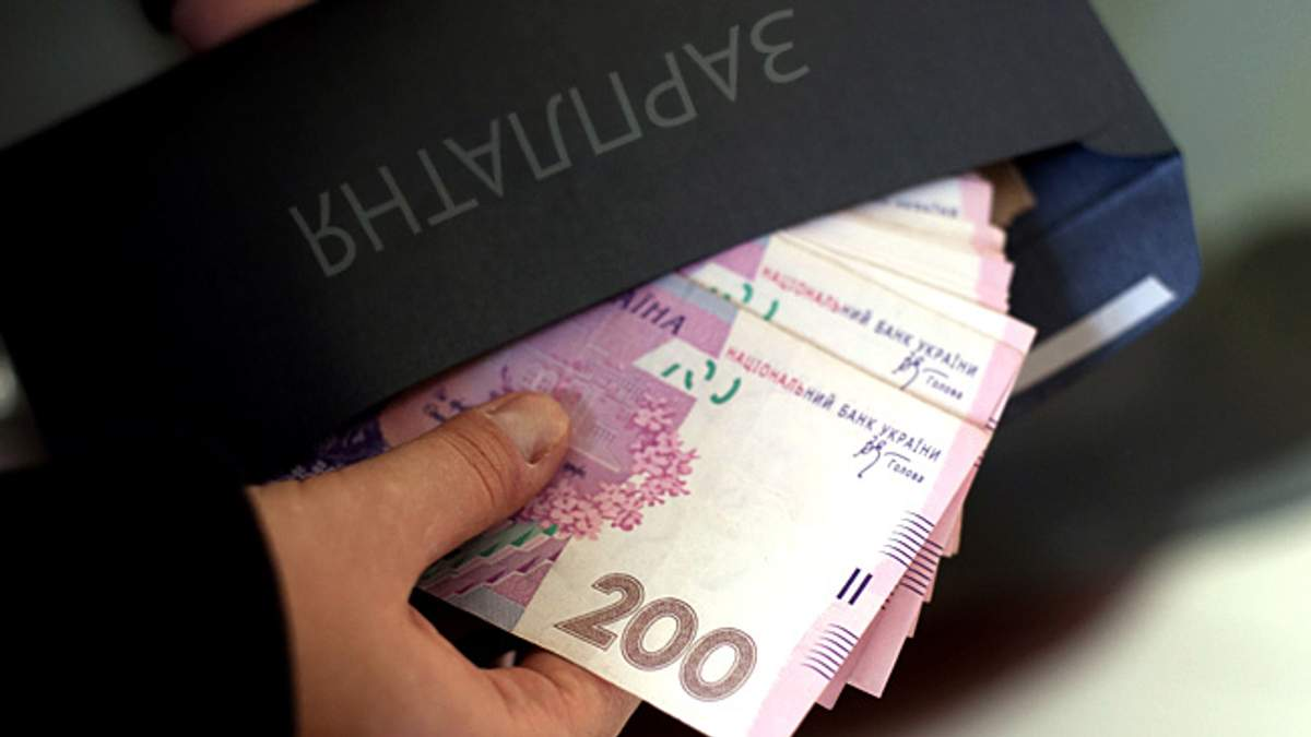 """Порошенко подписал """"опасный"""" закон для тех, кто получает зарплату """"в конвертах"""""""