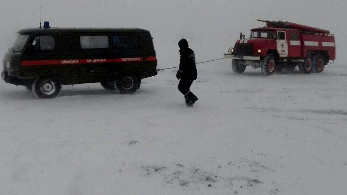 """Рятувальники витягують із снігового затору """"швидку"""""""