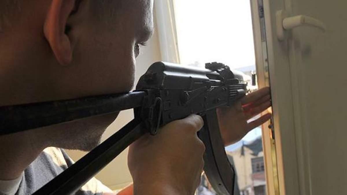 Пьяные мужчины стреляли из окна по прохожим в Харькове