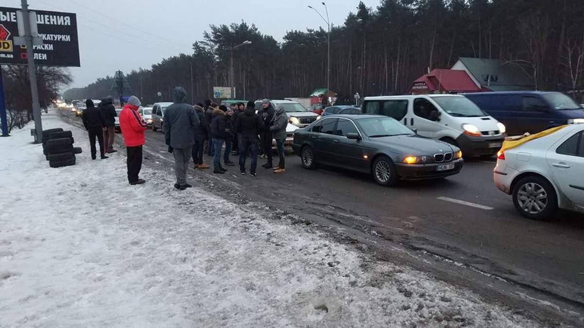 Активисты частично блокируют въезды в Киев: зажгли шины