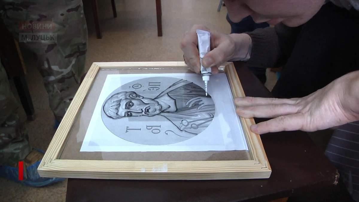 Хворий на рак боєць АТО малює дивовижні ікони на благодійність