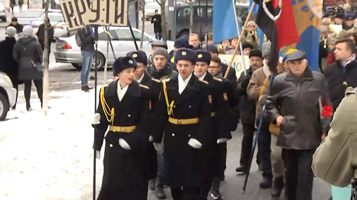 Украинцы в память о подвиге героев под Крутами устроили марш в центре Киева