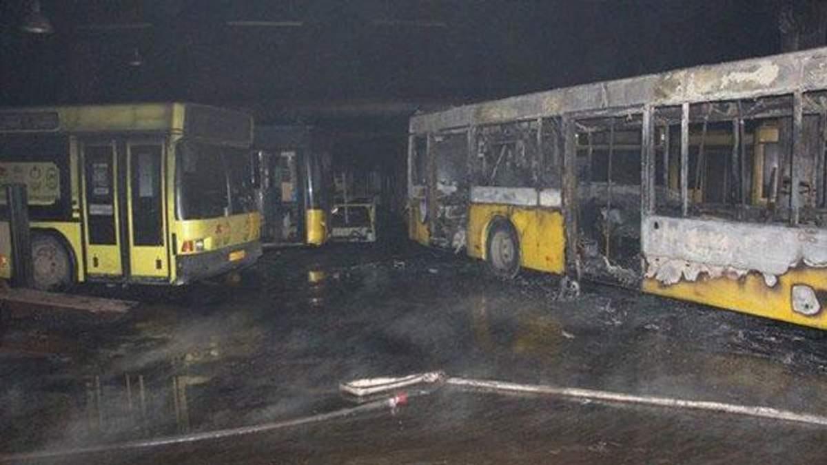 Крупный пожар уничтожил 6 автобусов в Киеве