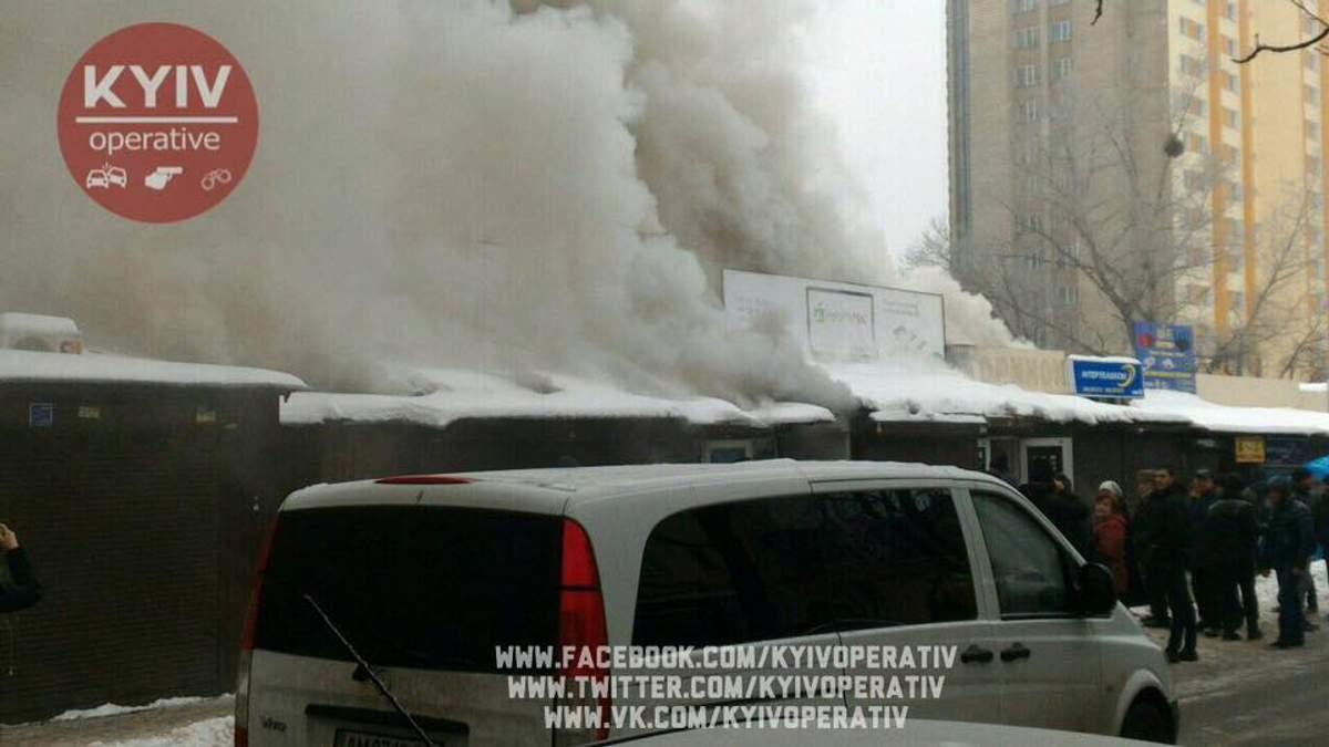В Киеве горит рынок: фото и видео масштабного пожара