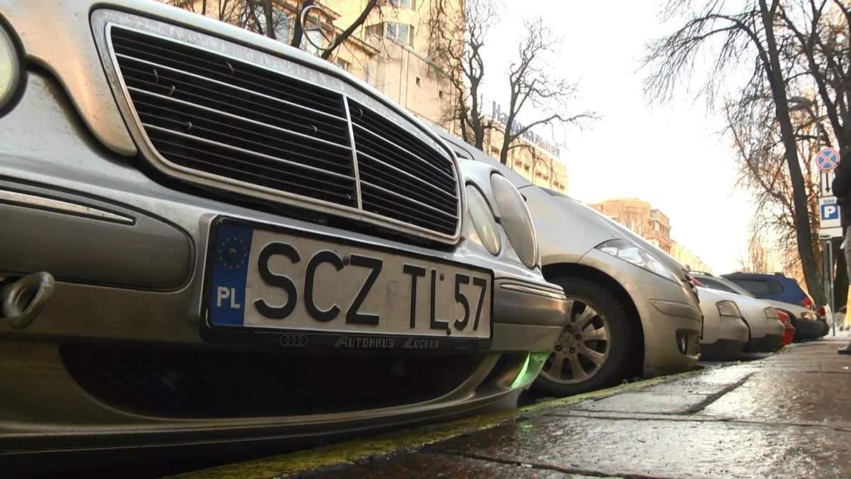 Мітингарі спалили під Верховною Радою автомобіль
