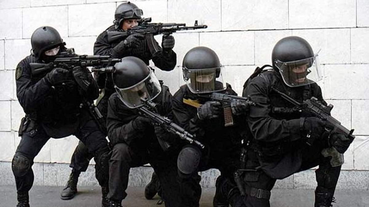 Силовики взяли штурмом житло злочинця: є постраждалі