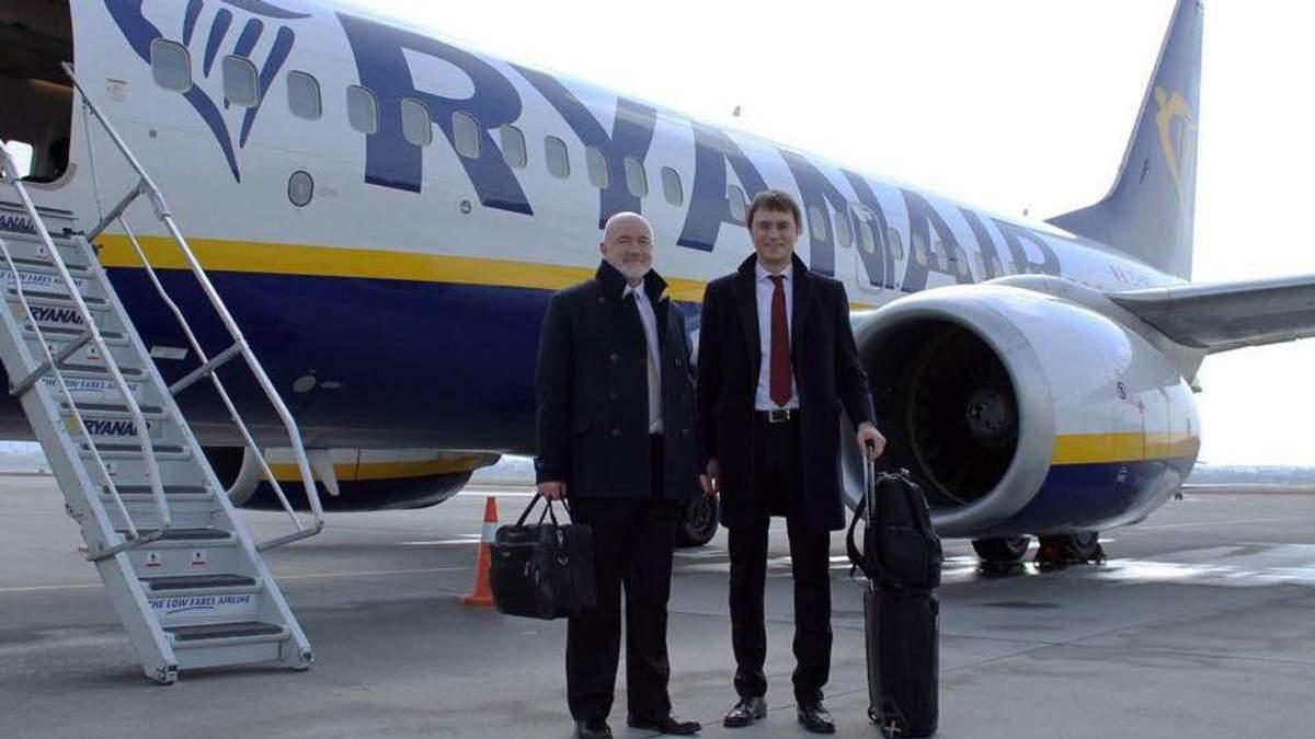 Коммерческий директор Ryanair Дэвид О'Брайен и министр инфраструктуры Владимир Омелян