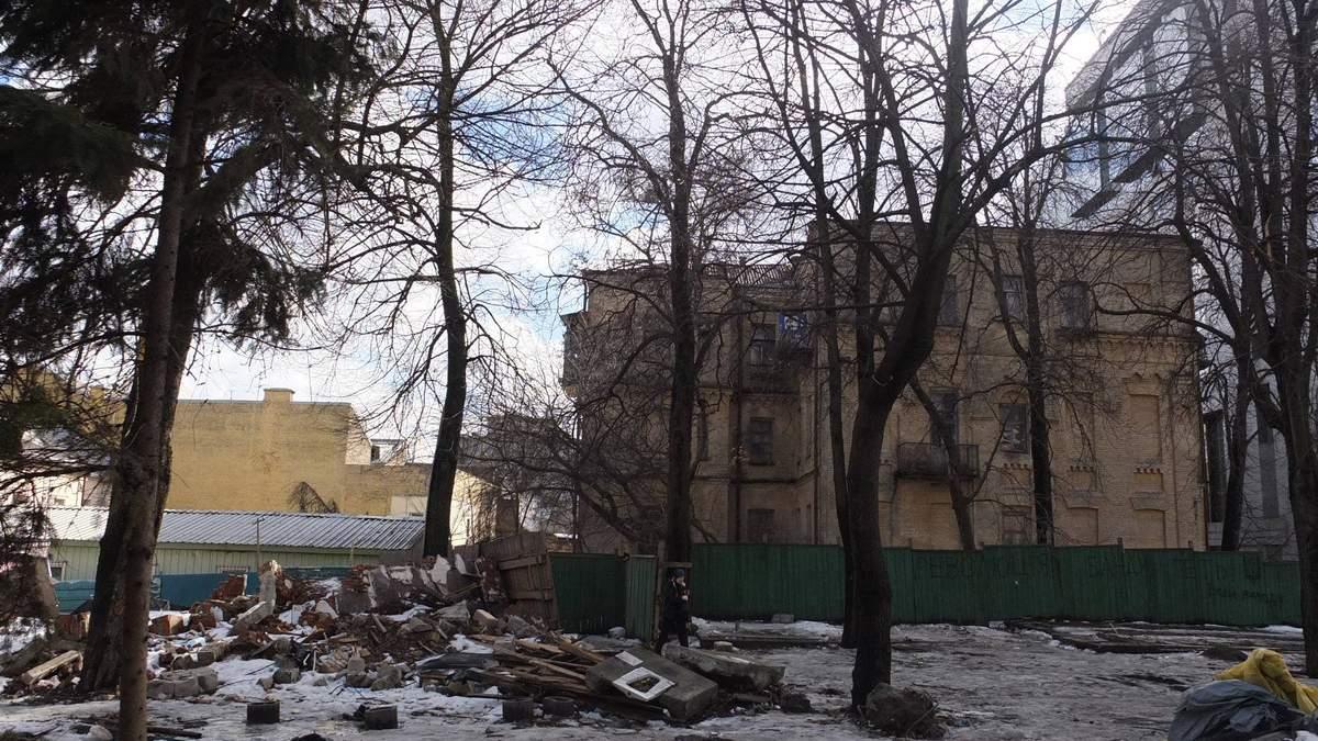 Хто влаштував смітник біля туристичної візитівки Києва?